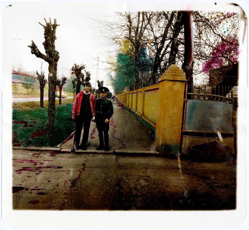 Курсант та його родич позують на вулиці Весніна. Харків